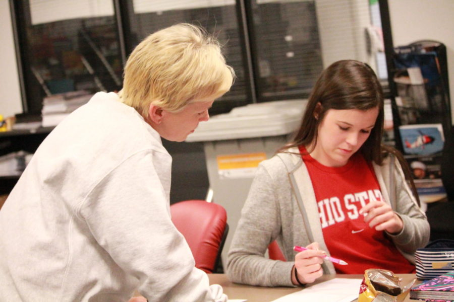 Mrs.+Gerringer+helped+students+with+questions+about+the+college+application+process+on+Apply+Day.+