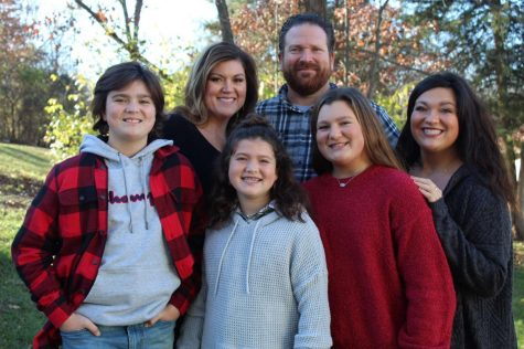Layla Thornton (far right) with her mom (Jessica), dad (Kevin), brother (Sullivan, far left), sister (Charlotte, right), and youngest sister (Cecilia, center).